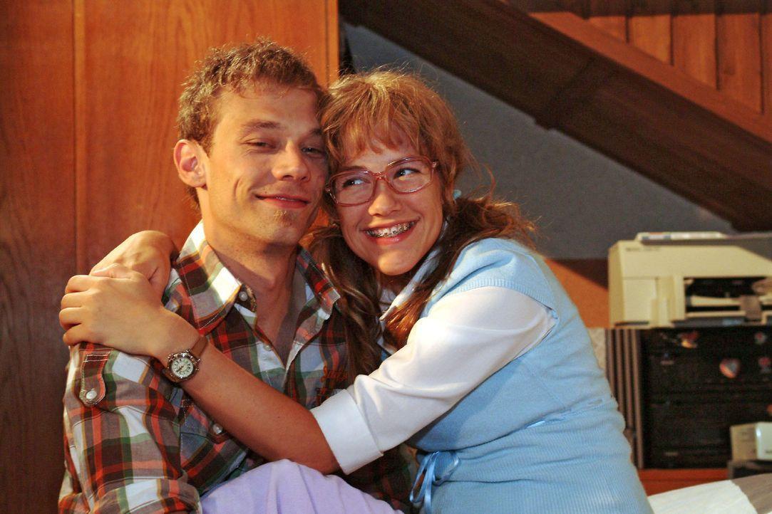 Verliebt: Jürgen (Oliver Bokern, l.) und Lisa (Alexandra Neldel, r.). (Dieses Foto von Alexandra Neldel darf nur in Zusammenhang mit der Berichterst... - Bildquelle: Monika Schürle Sat.1