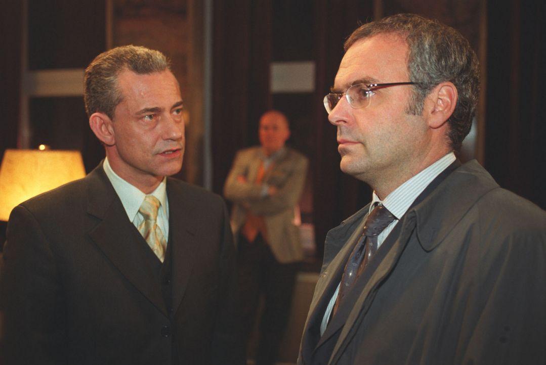Zu spät erkennt Hofmann (Jophie Ries, r.), dass Staatssekretär Schuster (Thomas Sarbacher, l.) und der Verleger Hildebrandt (Hanns Zischler, M.) unt... - Bildquelle: Volker Roloff Sat.1