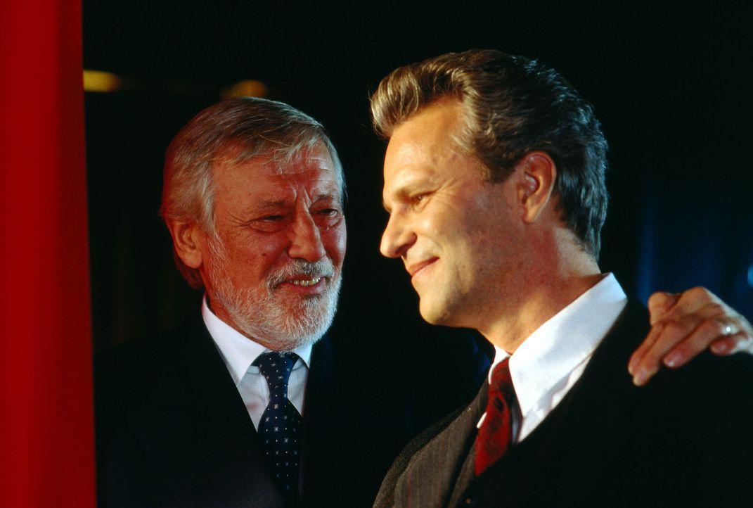 Stolz blicken Peter Sommer (Peter Sattmann, r.) und sein väterlicher Freund Richard Moll (Dietmar Schönherr, l.) auf die jubelnde Menge. - Bildquelle: Thorsten Jander Sat.1
