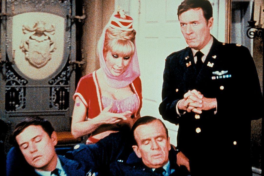 Tony (Larry Hagman, l.) und Dr. Bellows (Hayden Rorke, 2.v.r.) fallen urplötzlich in einen tiefen Schlaf. Jeannie (Barbara Eden, 2.v.l.) und Roger (...