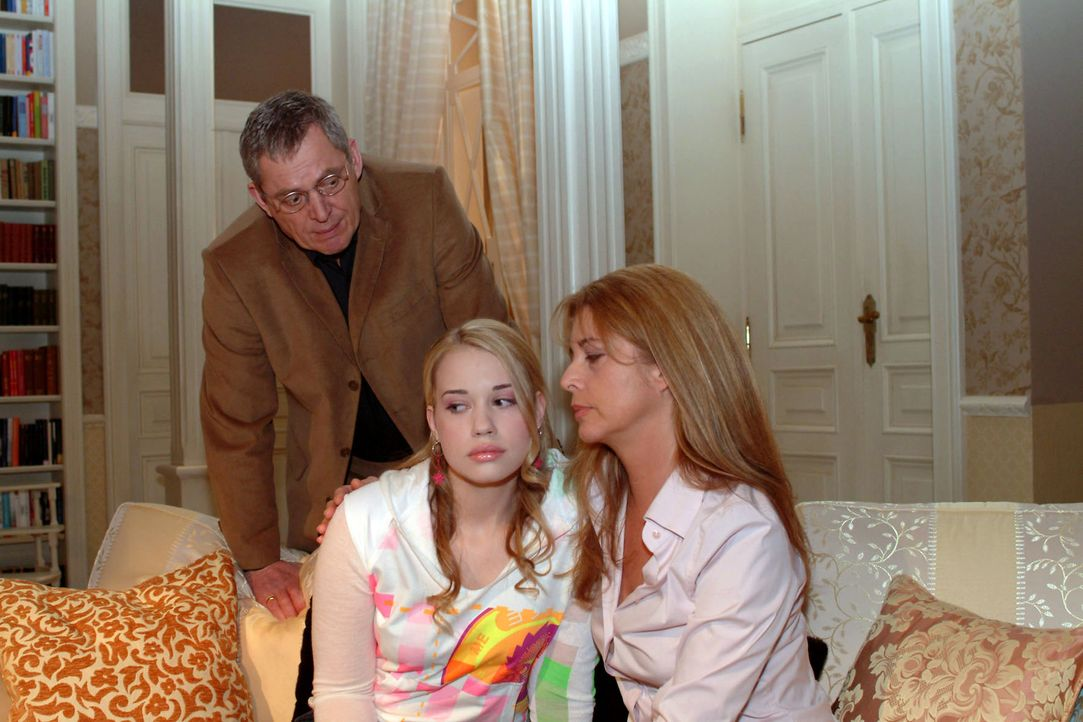 Kim (Lara-Isabelle Rentinck, M.) hat wieder Mist gebaut - und muss ihren ahnungslosen Eltern Friedrich (Wilhelm Manske, l.) und Laura (Olivia Pascal... - Bildquelle: Monika Schürle Sat.1