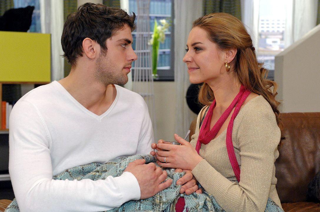 Katja (Karolina Lodyga, r.) ist glücklich, dass Jonas (Roy Peter Link, l.) doch zustimmt, eine große TV-Hochzeit zu planen. - Bildquelle: Oliver Ziebe Sat.1