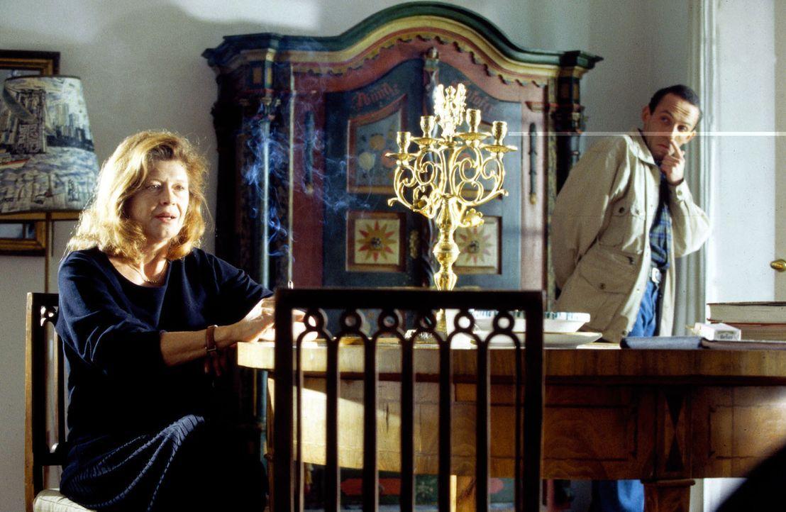 Stockinger (Karl Markovics, r.) befragt Frau Faulhuber (Lisa Kreuzer, l.) über den Mord an ihrem Mann. - Bildquelle: Huber Sat.1