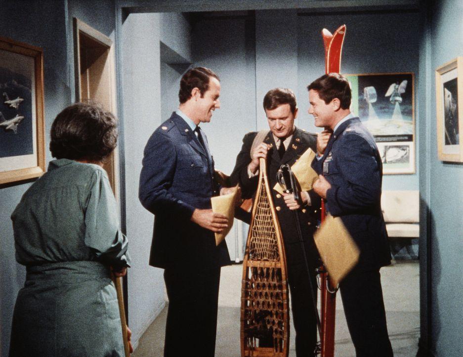 Die NASA schickt ihre Astronauten in alle Welt. Major Allen (Mike Farrell, 2.v.l.) soll nach Bagdad, Tony (Larry Hagman, r.) nach Mittelamerika und... - Bildquelle: Columbia Pictures
