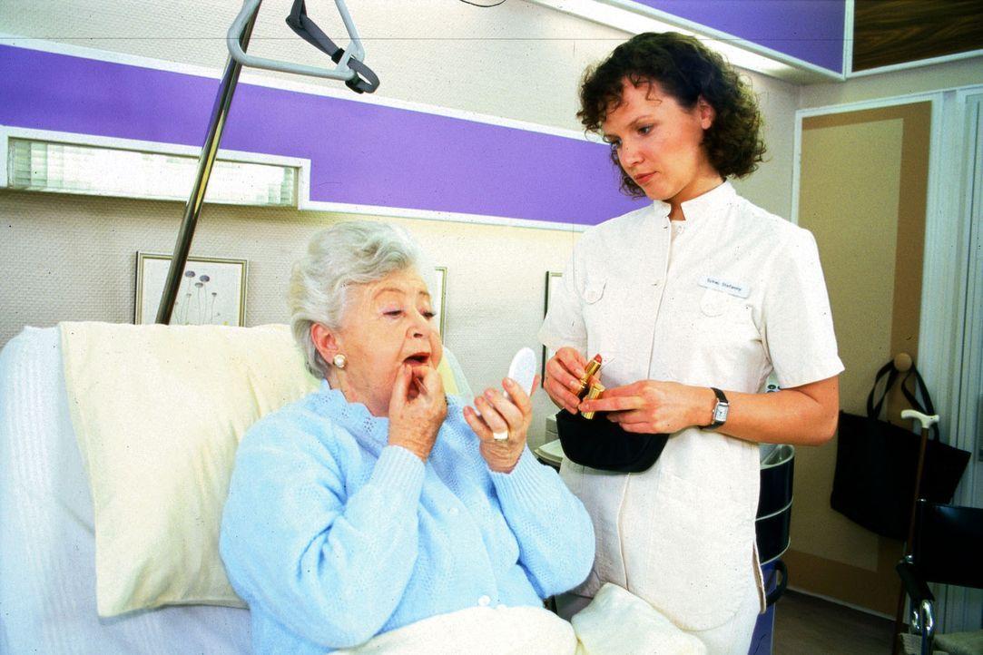Elisa Steinschütter (Susi Nicoletti, l.) möchte wieder zurück in Stefannys (Julia Hentschel, r.) Fürsorge. Stefanny weiß, dass es der alten Frau vie... - Bildquelle: Noreen Flynn Sat.1