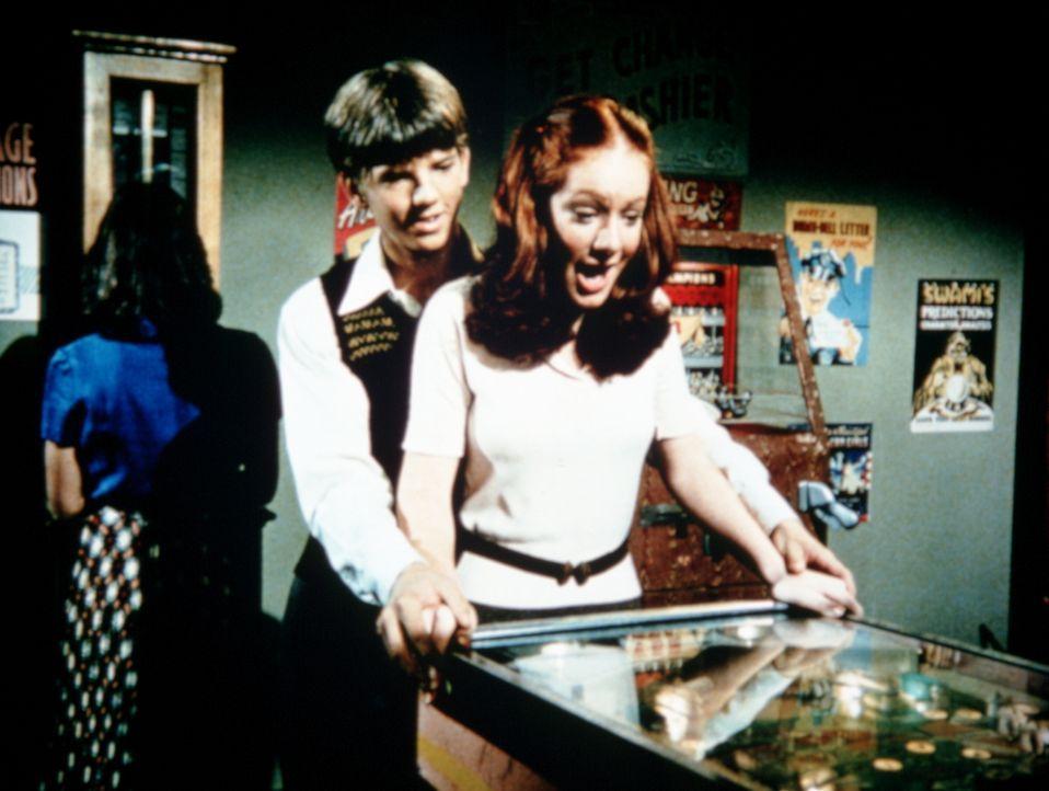 """Jim Bob (David W. Harper, l.) und Ben """"tauschen"""" ihre Freundinnen und verabreden sich mit der Herzensdame des jeweils anderen, doch dies führt zu un... - Bildquelle: WARNER BROS. INTERNATIONAL TELEVISION"""