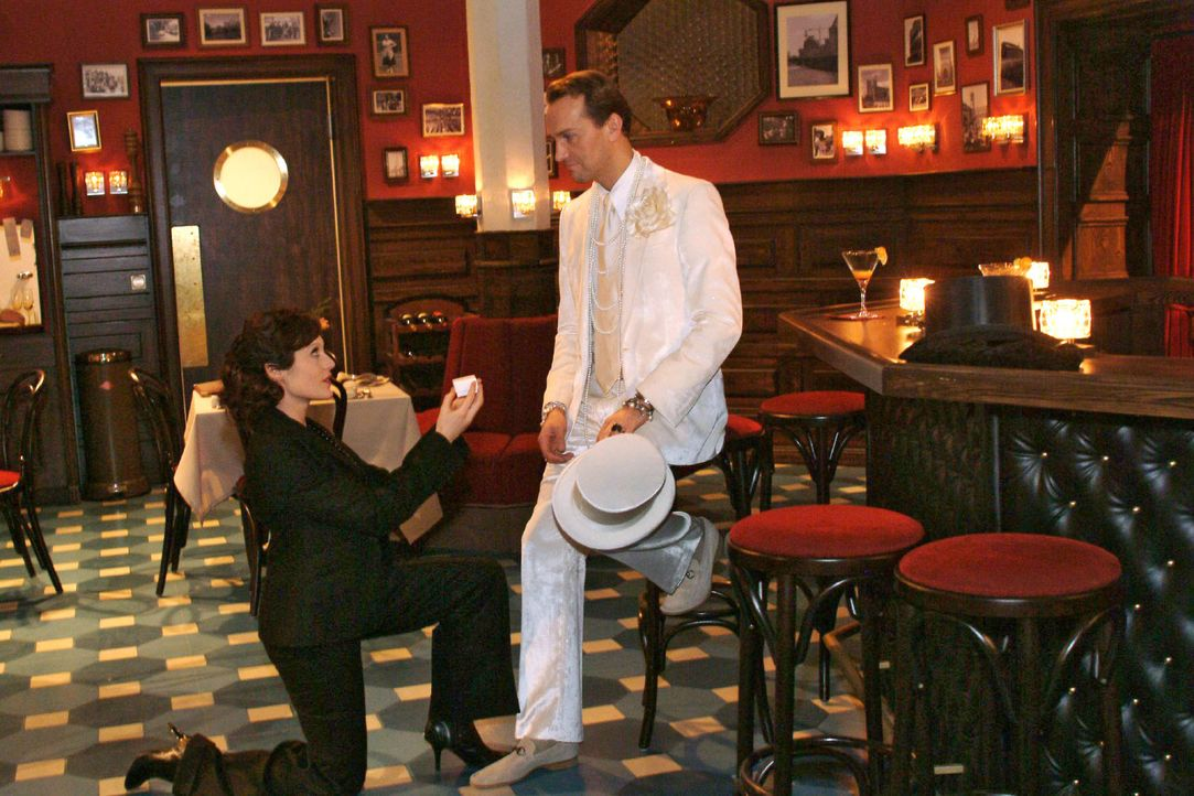 Nach der Aufregung um Sabrina und Richard macht Britta (Susanne Berckhemer, l.) dem aufgewühlten Hugo (Hubertus Regout, r.) spontan einen Heiratsant... - Bildquelle: Monika Schürle Sat.1