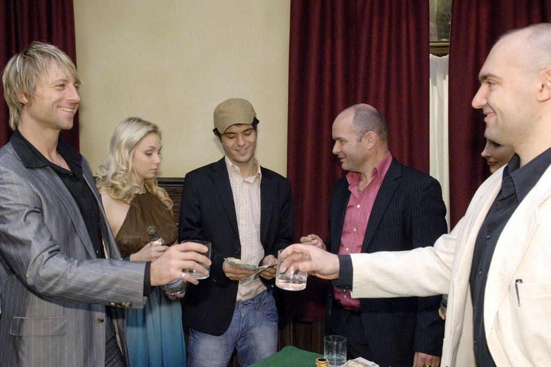 Im Restaurant Goldelse ist der heimliche Glücksspielabend in vollem Gange... hinten v.l.n.r.: Lily (Jil Funke), Maik (Sebastian König), Michail Petr... - Bildquelle: Claudius Pflug Sat.1