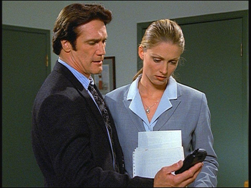 Steve (Barry Van Dyke, l.) und seine Kollegin Hannah stoßen auf einige Ungereimtheiten, die darauf schließen lassen, dass Thomas' Selbstmord möglich... - Bildquelle: Viacom
