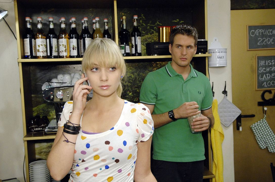 Trotz Lars' (Alexander Klaws, r.) Bedenken entscheidet sich Lily (Jil Funke, l.), ein letztes Mal im Gigi-Club aufzutreten - danach hat sie die Summ... - Bildquelle: Claudius Pflug Sat.1