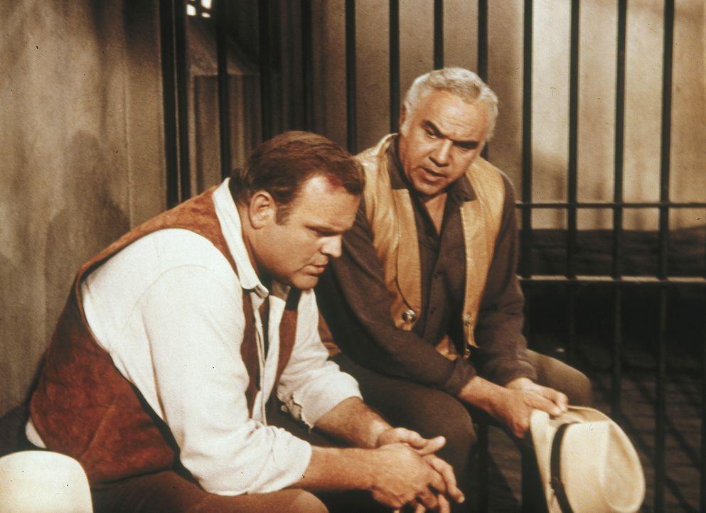Als Hoss (Dan Blocker, l.) angeklagt wird, einen Landmakler erschossen zu haben, überredet er seinen Vater (Lorne Greene, r.), sich von dem trinkend... - Bildquelle: Paramount Pictures