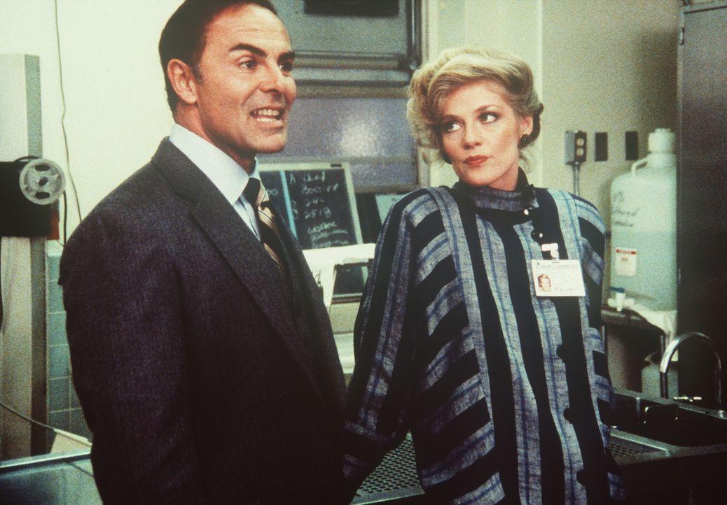 Als Dirk (John Saxon, l.) Lee vom Dienst suspendiert, kann diesem auch Francine (Martha Smith, r.) nicht länger helfen ... - Bildquelle: CBS Television