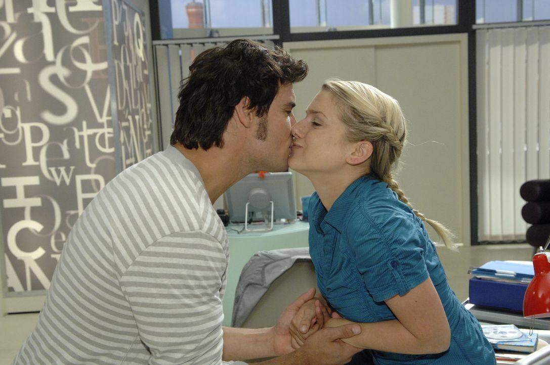 Alexander (Paul Grasshoff, l.) überzeugt Anna (Jeanette Biedermann, r.) mit einem Kuss ... - Bildquelle: Claudius Pflug Sat.1
