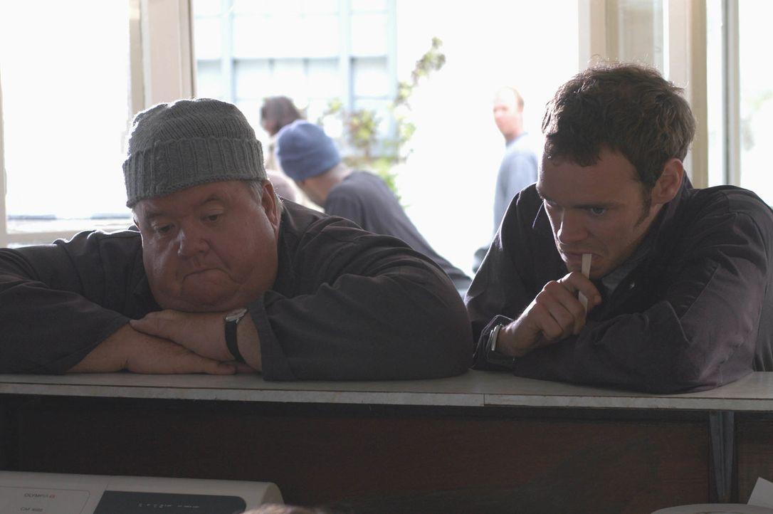 Müssen einen schmerzhaften Unfall miterleben: Klempner Bert Large (Ian McNeice, l.) und sein Sohn Al (Joe Absolom, r.) ... - Bildquelle: BUFFALO PICTURES/ITV