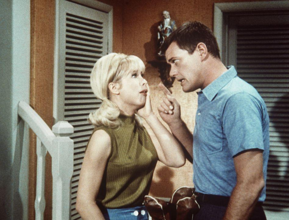 Nachdem Tony (Larry Hagman, r.) seine normale Sehkraft wieder gewonnen hat, fällt es Jeannie (Barbara Eden, l.) ein, ihm auch noch ein perfektes Geh... - Bildquelle: Columbia Pictures