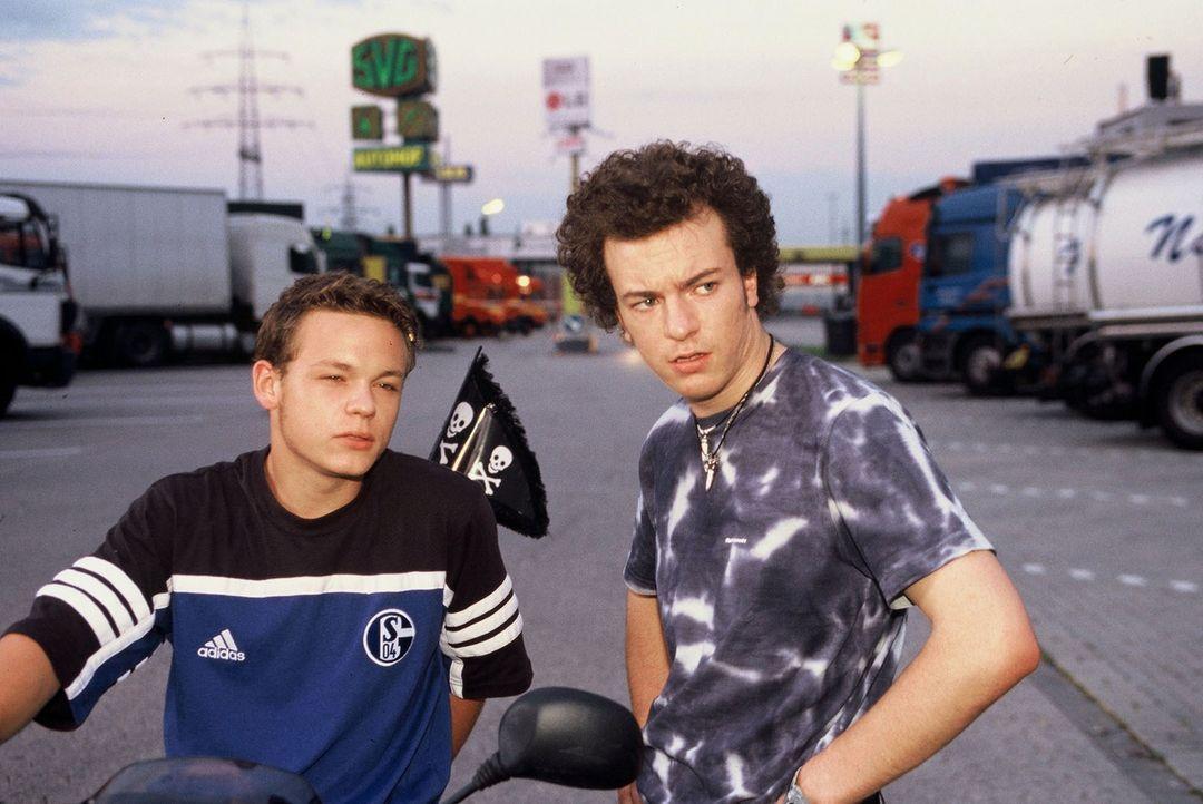 Die beiden Amateurdiebe Jackie (Marlon Kittel, l.) und Richie (Max Richter, r.) planen einen LKW zu stehlen - nicht ahnend, welch brisante Fracht er... - Bildquelle: Martin Menke Sat.1