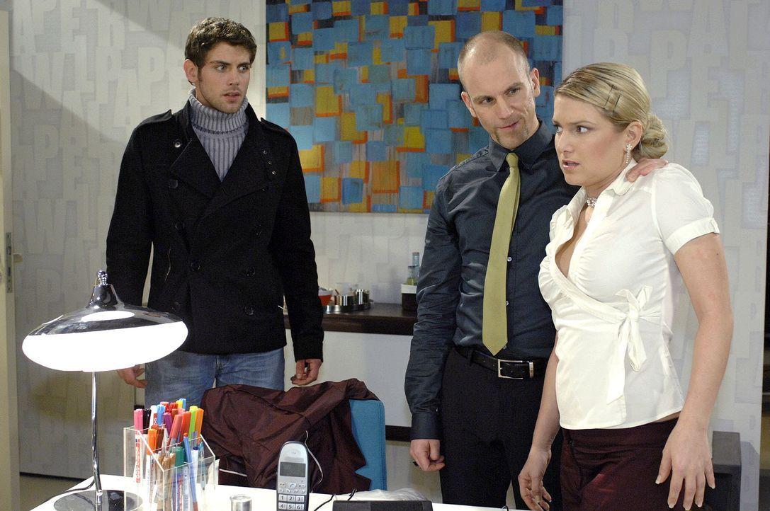 Als Jonas (Roy Peter Link, l.) Anna (Jeanette Biedermann, r.) und Gerrit (Lars Löllmann, M.) im Büro überrascht, versteht er die Welt nicht mehr ...... - Bildquelle: Oliver Ziebe Sat.1