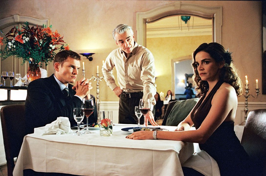 Sandra (Rebecca Immanuel, r.) ist mit Tim (Götz Otto, l.) zum Essen verabredet. Zu Sandras Entsetzen taucht Felix (Christoph M. Ohrt, M.) auf ... - Bildquelle: Spitz Sat.1