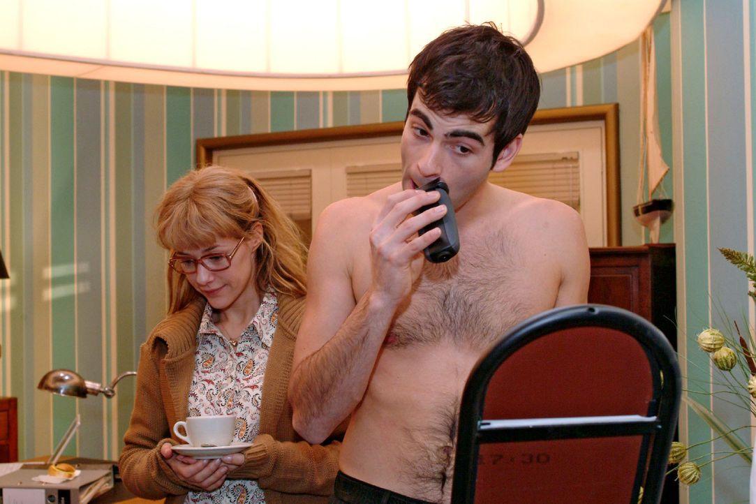 Lisa (Alexandra Neldel, l.) ist sehr verlegen, als sie David (Mathis Künzler, r.) ohne Hemd beim Rasieren im Büro antrifft. Schüchtern versucht sie,... - Bildquelle: Monika Schürle Sat.1