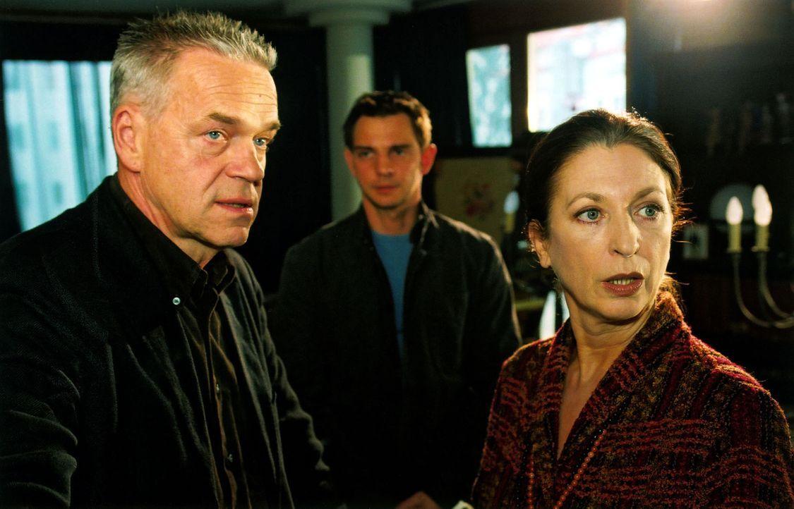 Frau Lindner (Daniela Ziegler, r.) verteidigt gegenüber Wolff (Jürgen Heinrich, l.) und Tom (Steven Merting, M.) ihren Sohn, der in Verdacht geraten... - Bildquelle: Claudius Pflug Sat.1