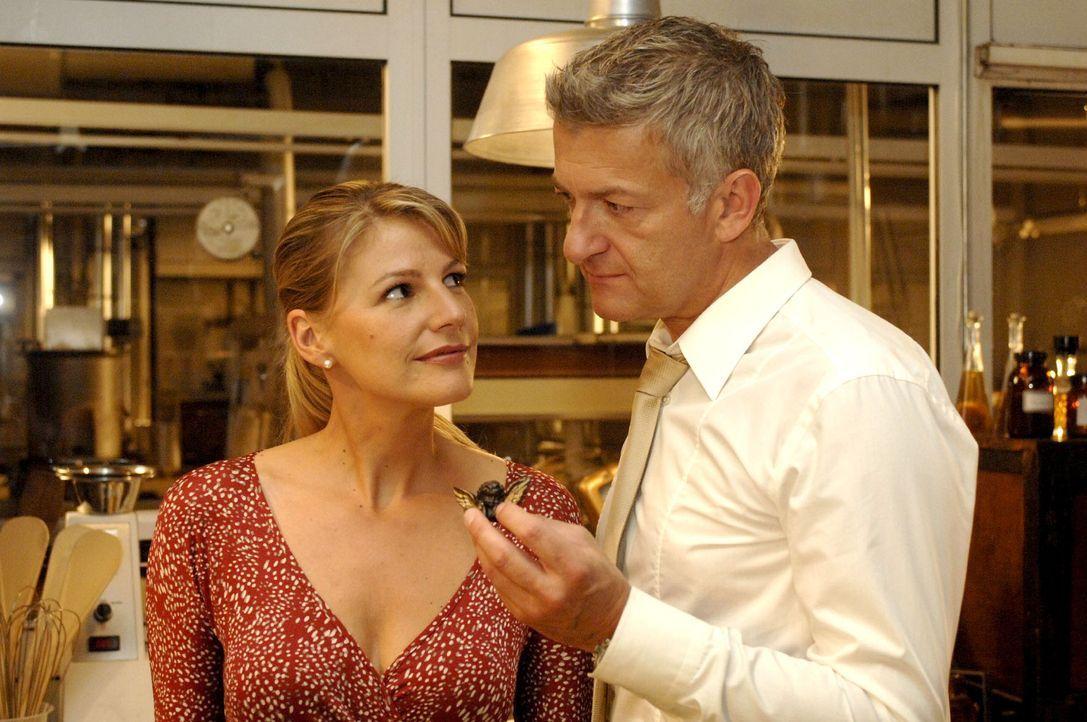 Pit (Dominic Raacke, r.) hat nicht nur ein Herz für Schokolade, nur muss er Katharina (Sophie Schütt, l.) noch davon überzeugen... - Bildquelle: Oliver Ziebe Sat.1