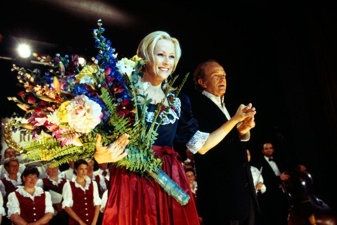 Maria (Jenny Elvers-Elbertzhagen, l.) hat es geschafft: Sie ist die Solistin des Tölzer Alpenchors und genießt den Schlussapplaus an der Hand des Ch... - Bildquelle: Magdalena Mate Sat.1