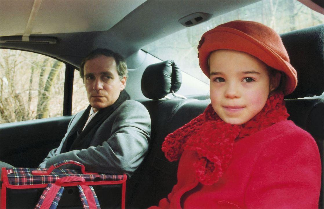 Staatsanwalt Erhardt (August Zirner, l.) ermittelt gegen ehemalige hohe Stasi-Offiziere. Ahnungslos nimmt er seine kleine Tochter Hannah (Johanna Ri... - Bildquelle: Volker Roloff Sat.1