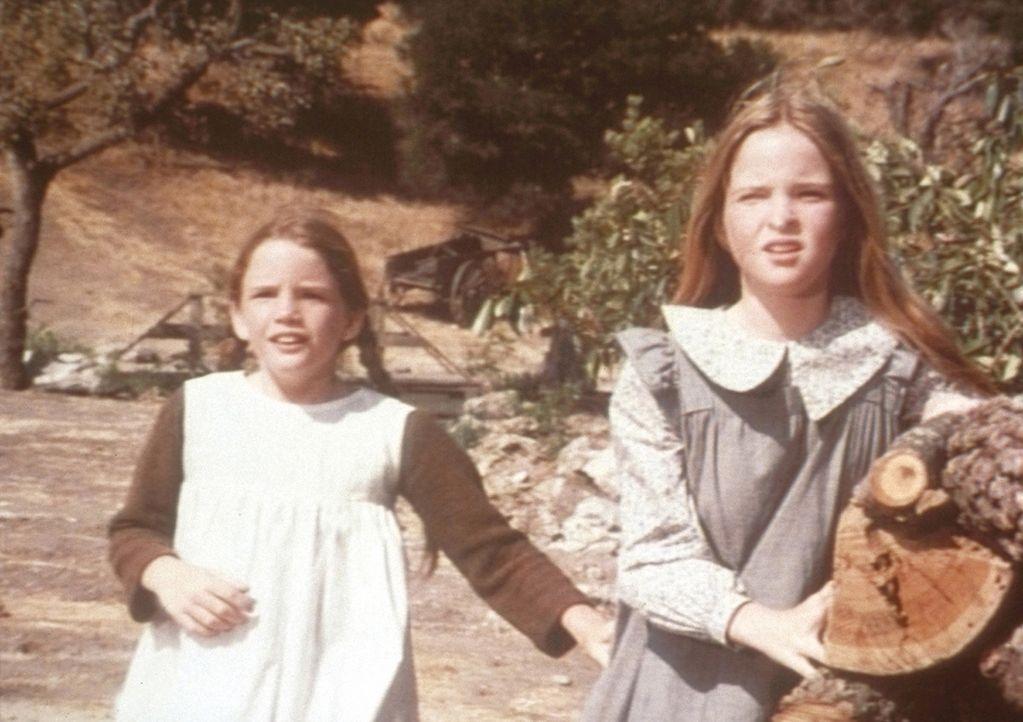 Laura (Melissa Gilbert, l.) und Mary (Melissa Sue Anderson, r.) verstehen nicht, dass ihr Vater trotz gebrochener Rippen hart arbeiten muss. - Bildquelle: Worldvision