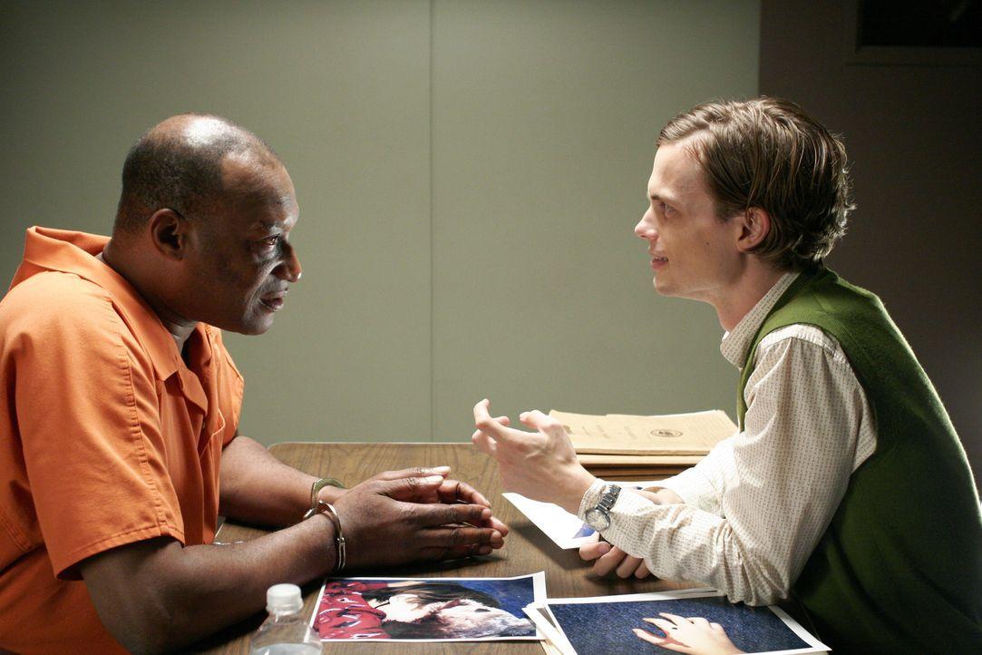 Bei seinen Ermittlungen stößt Reid (Matthew Gray Gubler, r.) auf Eric Miller (Tony Todd, l.), den Ex-Mann einer Ermordeten. Doch hat er wirklich etw... - Bildquelle: 2005 CBS BROADCASTING INC. All Rights Reserved.