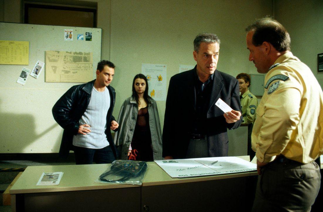 Wolff (Jürgen Heinrich, 2.v.r.) und Kommissar Borkmann (Steven Merting, l.) holen das Mädchen Teresa (Klaudija Jovanovic, 2.v.l.) aus dem Polizeirev... - Bildquelle: Bienert Sat.1