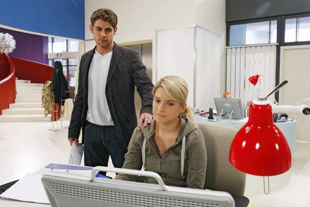 Anna (Jeanette Biedermann, r.) ist gerührt, als Jonas (Roy Peter Link, l.) mit einer vertraulichen Geste seine Anteilnahme bezeugt. - Bildquelle: Noreen Flynn Sat.1
