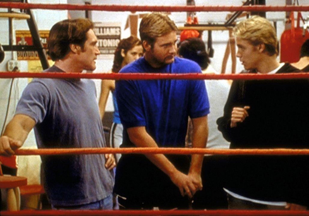 Kelly (Shane Van Dyke, M.), der Chef des Boxclubs und Leiter des Programms für schwer erziehbare Jugendliche, erklärt Tommy (Carey Van Dyke, r.) die... - Bildquelle: Viacom