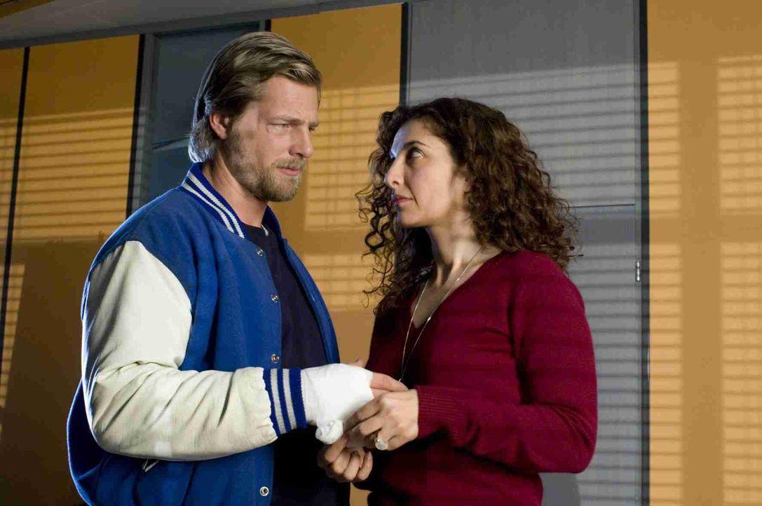 Als die Polizeipsychologin Tanja Haffner (Proschat Madani, r.) erfährt, dass Mick (Henning Baum, l.), nachdem seine Frau ihn um die Scheidung gebete... - Bildquelle: Martin Rottenkolber SAT. 1