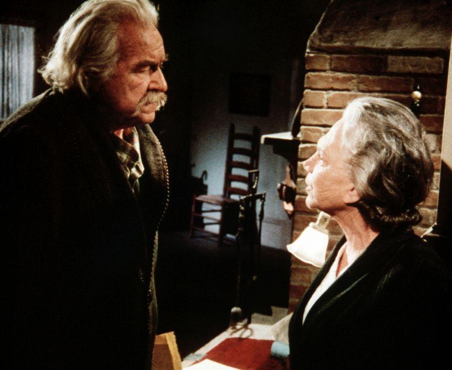 Zwischen Sam (Will Geer, l.) und Ester (Ellen Corby, r.) kommt es wegen des alten Whitley-Hauses zu einem heftigen Streit ... - Bildquelle: WARNER BROS. INTERNATIONAL TELEVISION