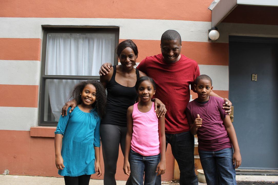 Angell (2.v.l.), Michael (2.v.r.) und ihre Kinder führten ein glückliches Leben, bis Angell ihren Mann aus dem Haus wirft, nachdem dieser sie betrog... - Bildquelle: Atlas Media Corp.