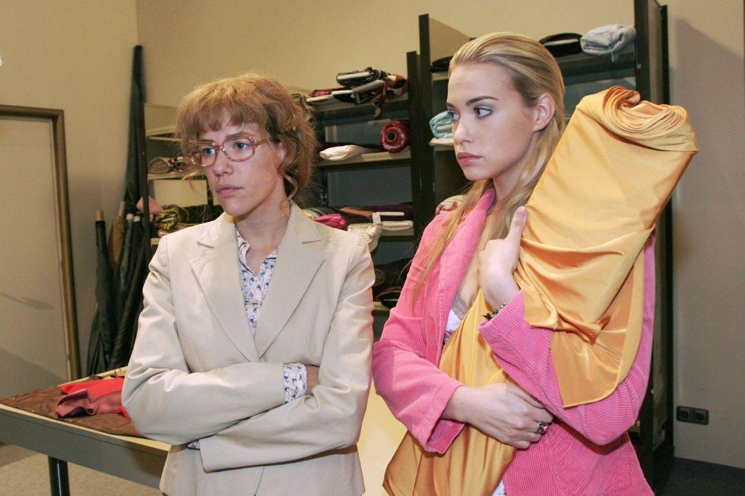 Lisa (Alexandra Neldel, l.) ist frustriert und fühlt sich mit ihren Problemen allein gelassen. Kim (Lara-Isabelle Rentinck, r.) kann ihr auch nicht... - Bildquelle: Noreen Flynn Sat.1