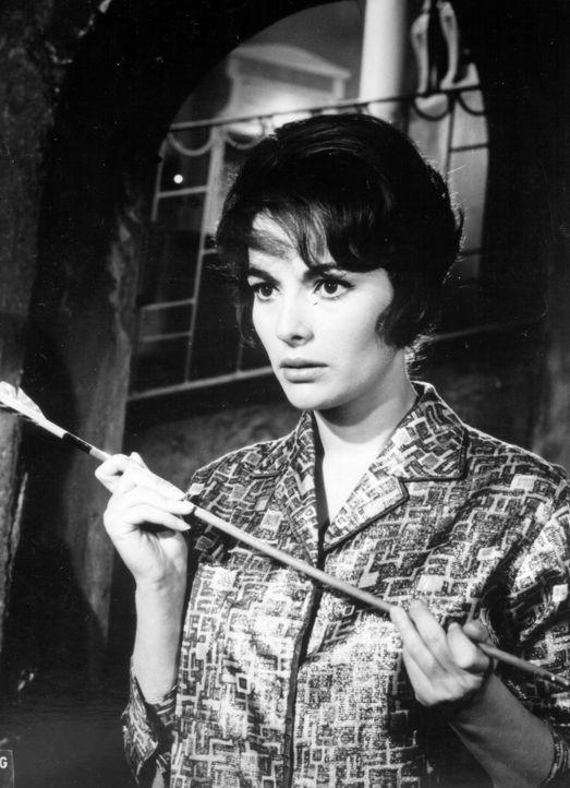 Valerie (Karin Dor) entdeckt einen Hinweis auf den geheimnisvollen Bogenschützen ... - Bildquelle: Constantin Film