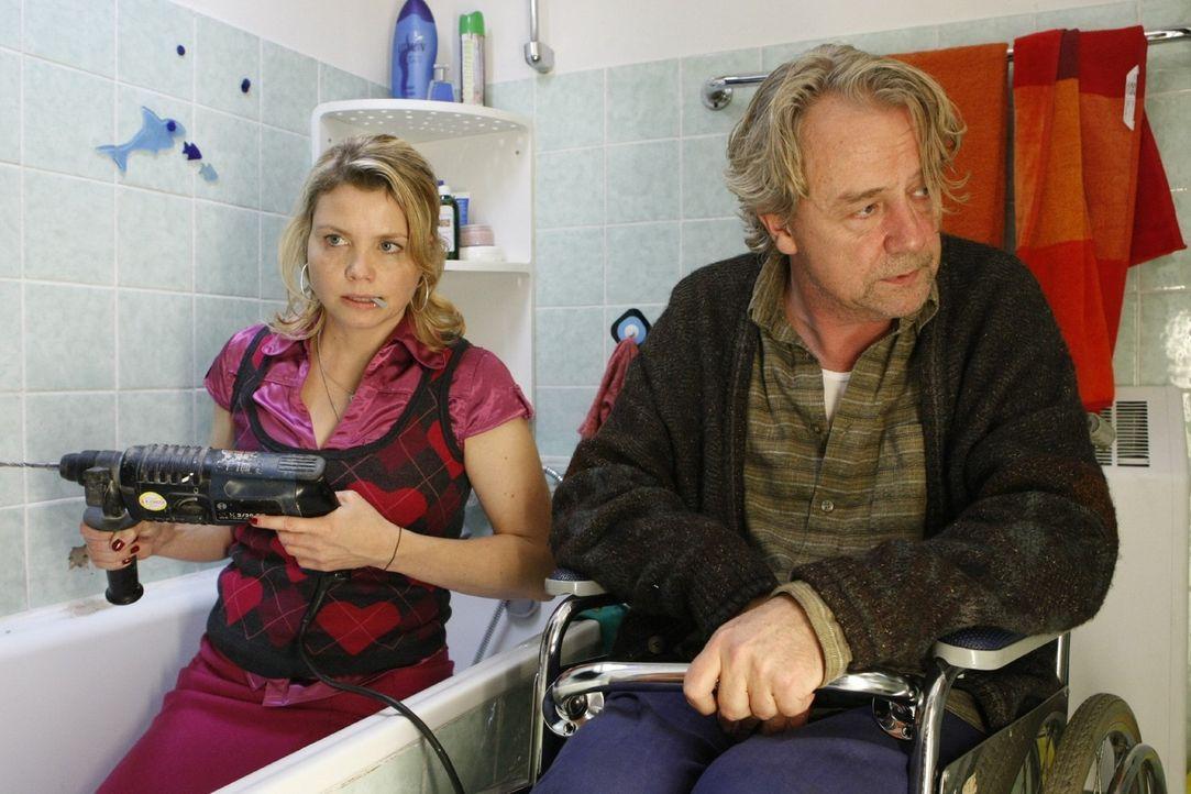 Die Familienidylle zwischen Vater (Axel Siefer, r.) und Tochter ist gestört, da Danni (Annette Frier, l.) keinen Job hat. Doch sie hat eine Idee ... - Bildquelle: Frank Dicks SAT.1