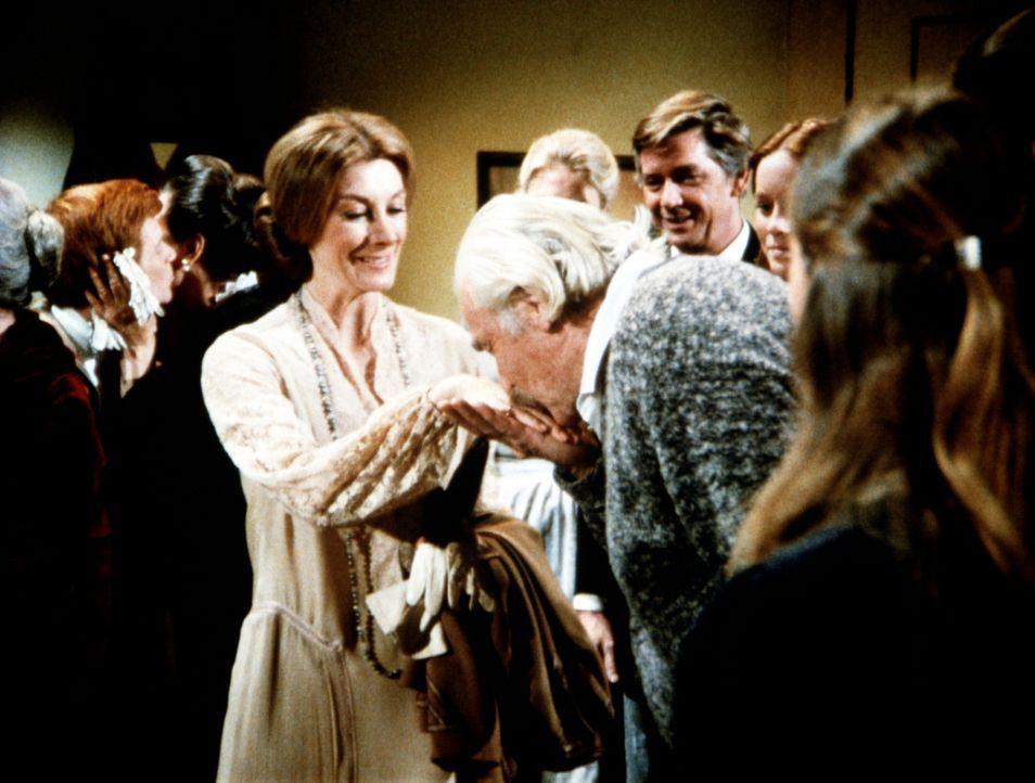Ganz förmlich begrüßt Sam Walton (Will Geer, 2.v.r.) Hilary von Kleist (Darsteller unbekannt), die Cousine der Baldwin-Schwestern ... - Bildquelle: WARNER BROS. INTERNATIONAL TELEVISION
