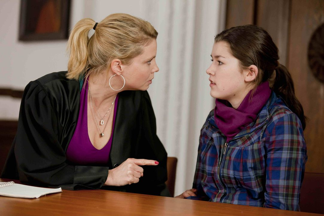 Plötzlich steht die 13-jährige Stefanie Kemper (Emma Grimm, r.) bei Danni (Annette Frier, l.) und bittet sie um Hilfe, da man ihr, ihre Tochter Lill... - Bildquelle: Frank Dicks SAT.1