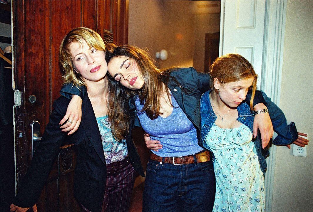 Schwester Klara (Julia Brendler, r.) und Patricia (Barbara Demmer, l.) bringen die beschwipste Sandra (Rebecca Immanuel, M.) nach ihrem gemeinsamen... - Bildquelle: Hardy Spitz Sat.1