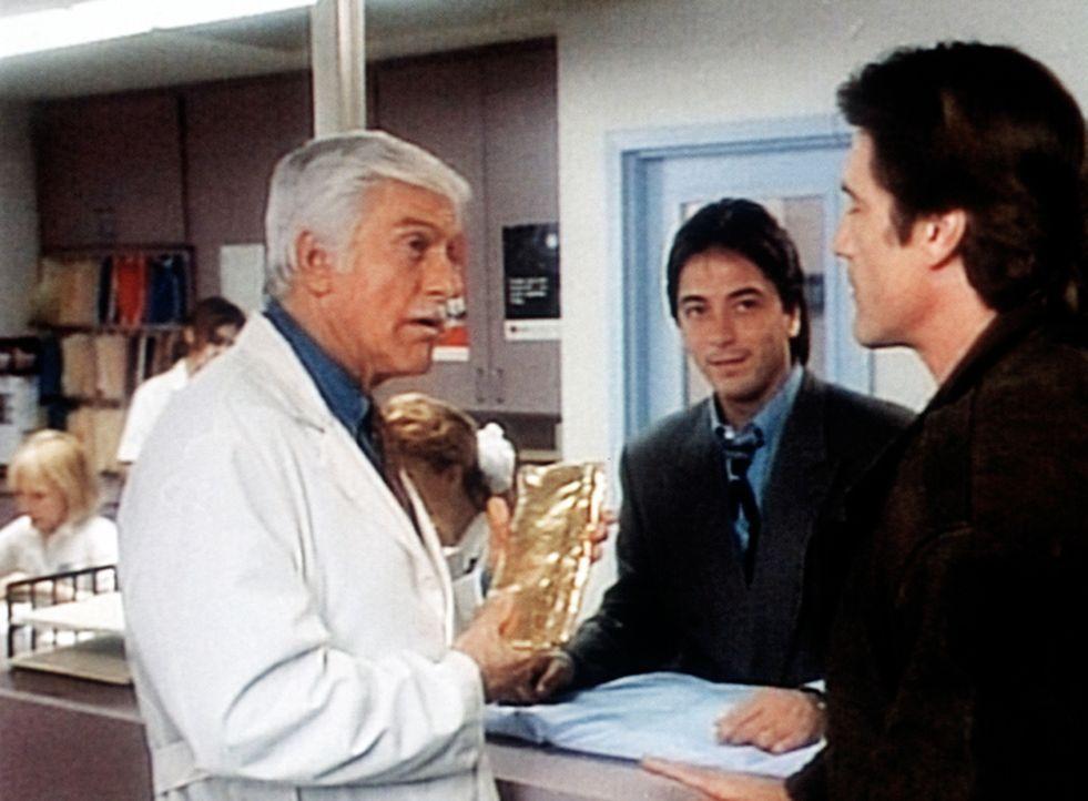 Dr. Sloan (Dick Van Dyke, l.), Jack (Scott Baio, M.) und Steve (Barry Van Dyke, r.) kennen noch nicht die Bedeutung des Goldbarrens. - Bildquelle: Viacom