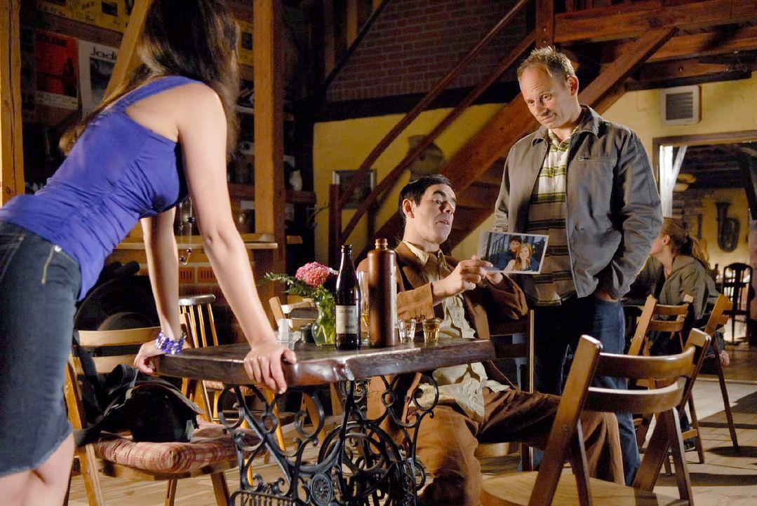 Als Miriam (Silvana Bayer, l.) dem schmierigen Journalisten Bruck (Oscar Ortega Sánchez, M.) erzählt, dass Jackie und Tom immer noch verheiratet sin... - Bildquelle: M. Krumwiede Sat.1