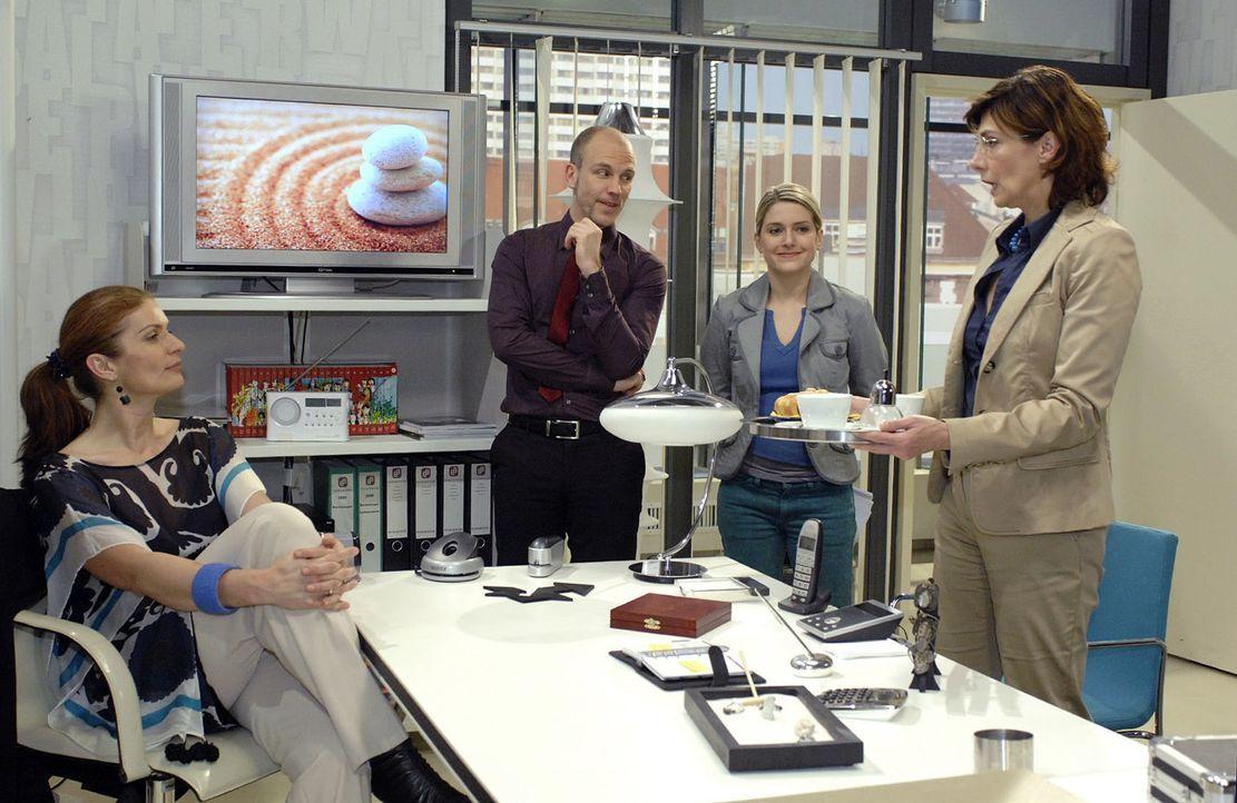 Unter dem Einfluss der Tabletten ist Anna voller Tatendrang ... v.l.n.r.: Natascha (Franzika Matthus), Gerrit (Lars Löllmann), Anna (Jeanette Bieder... - Bildquelle: Oliver Ziebe Sat.1