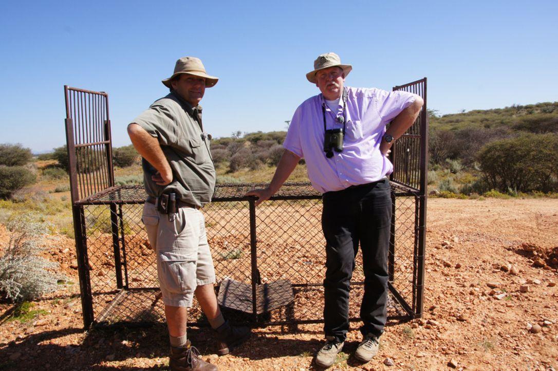 Gunnar Jensen (l.) und der Ostfriesische Tierchiropraktiker Tamme Hanken (r.) in Afrika ... - Bildquelle: SAT.1