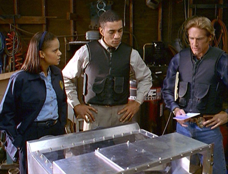Amanda (Victoria Rowell, l.), FBI-Agent Wagner (Harry J. Lennix, M.) und Steve (Barry Van Dyke, r.) stehen fassungslos vor einem Behälter, in dem ei... - Bildquelle: Viacom