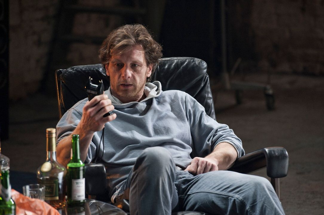 Während der Ermittlungen in einem neuen Mordfall trifft Mick auf Bernie Schaller (Hendrik Duryn), den Bewährungshelfer des Toten. Er ahnt nicht, das... - Bildquelle: Martin Rottenkolber SAT.1