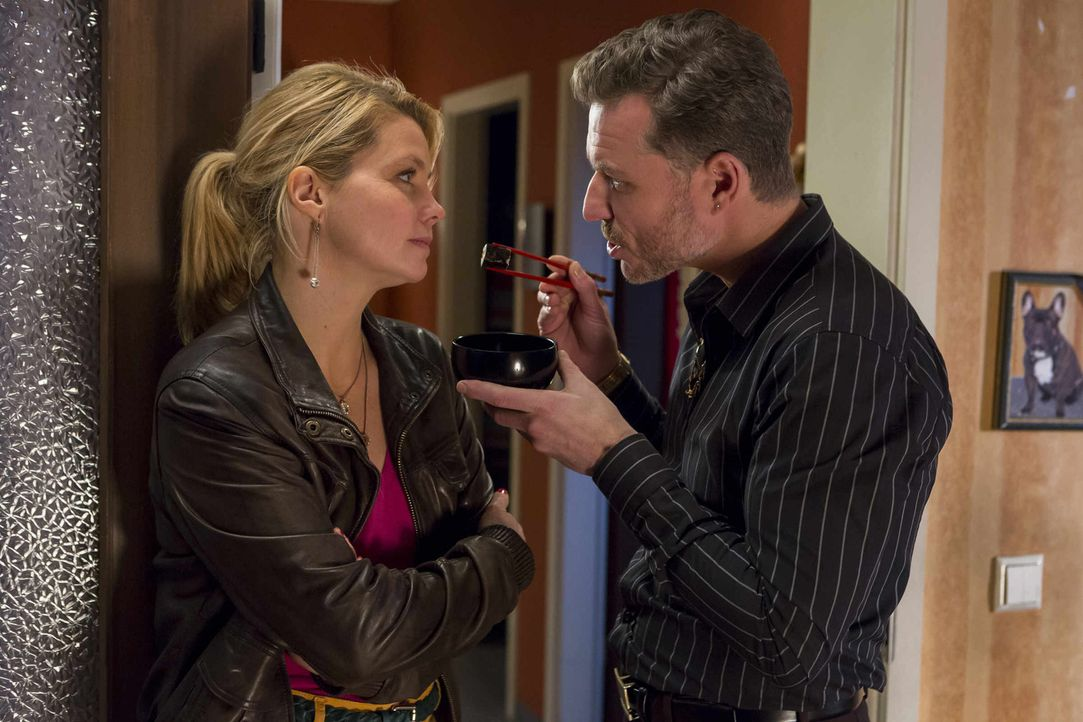 Pit (Dirk Borchardt, r.) verfolgt eine neue Strategie, um Danni (Annette Frier, l.) zu beindrucken. Doch wird er damit bei ihr punkten können? - Bildquelle: Frank Dicks SAT.1