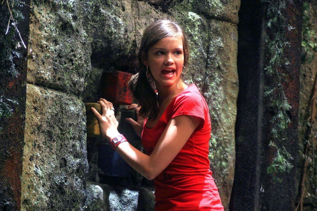 Nikki (Emilia Schüle) steht die Angst ins Gesicht geschrieben ... - Bildquelle: Oktavian Cocolos Sat.1