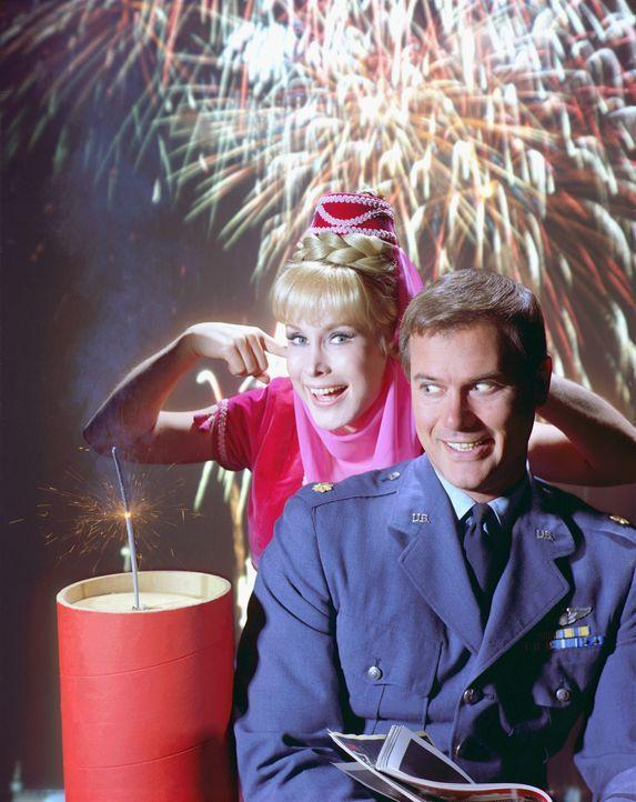 Mit ihren Zauberkunststücken, die sie mit verschränkten Armen und einem Zwinkern vollbringt, bringt Jeannie (Barbara Eden, l.) ihren Meister (Larry... - Bildquelle: Columbia Pictures